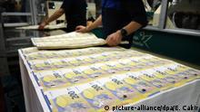 dpatopbilder - ACHTUNG: SPERRFRIST 28. MAI 00:01 UHR. FREI FÜR DIENSTAGSAUSGABEN - 20.05.2019, Italien, Rom: Arbeiter sortieren Druckbögen bei der Produktion neuer 200-Euro-Banknoten in der Druckerei des Guido Carli Zentrums der italienischen Zentralbank (Banca d'Italia). Die neuen Scheine sollen vom 28. Mai 2019 an ausgegeben werden. Foto: Esma Cakir/dpa | Verwendung weltweit