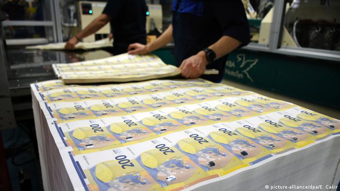 Blok netom tiskanih novčanica od 200 eura