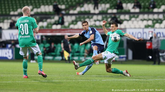 Disparo de Florian Neuhaus, del Borussia Mönchengladbach, es bloqueado por Eggestein