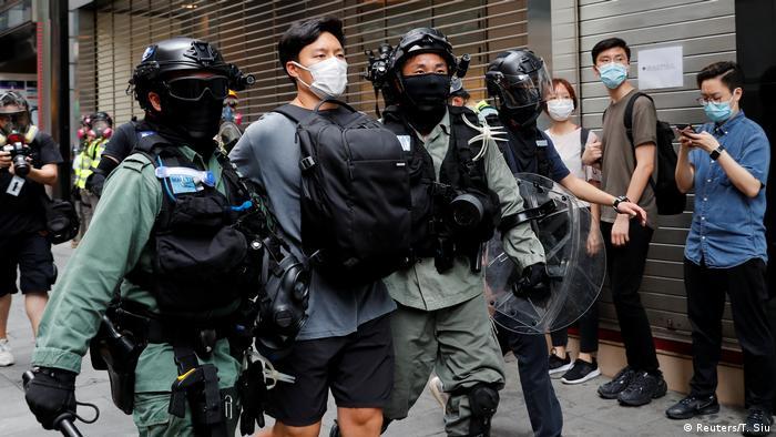 Hongkong   Proteste Gesetz Nationalhymne Polizei Festnahme (Reuters/T. Siu)