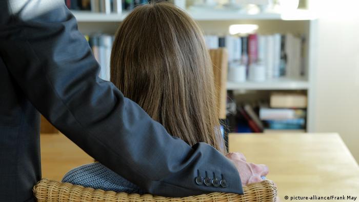 التحرش في أماكن العمل ينتهك كرامة المرأة ويخلق بيئة مسمومة داخل المؤسسة (صورة رمزية)