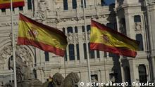 The Spanish flag is flown at half mast on the first day of the official 10 days of public mourning on May 26, 2020 in Madrid Spain. All regions of Spain have now entered either Phase One or Phase Two of the transition from its coronavirus lockdown. Covid-19 (Photo by Oscar Gonzalez/NurPhoto) | Keine Weitergabe an Wiederverkäufer.