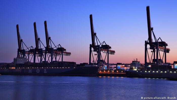 Symbolbild Deglobalisierung Containerhafen Altenwerder Containerbrücken