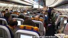 Reisende sitzen am 20.10.2012 in der Kabine einer Maschine der Lufthansa auf dem Flug von Mumbai, Indien, nach München. Foto: Christian Charisius/dpa | Verwendung weltweit