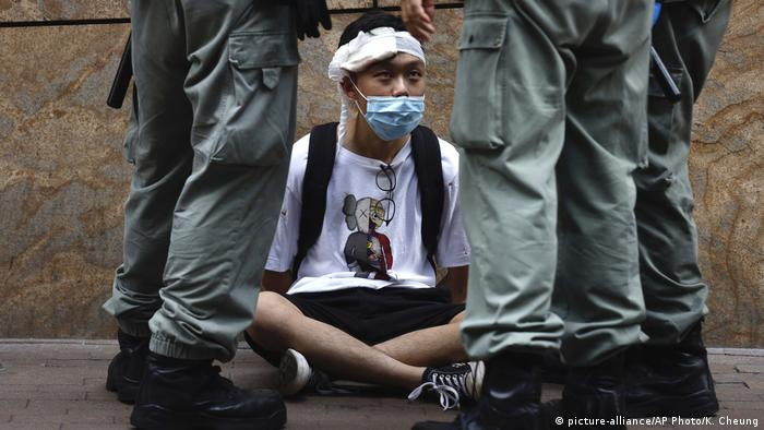 Hongkong Proteste Gesetz Nationalhymne Festnahme (picture-alliance/AP Photo/K. Cheung)