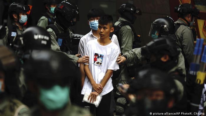 Hongkong Proteste Gesetz Nationalhymne Festnahme (picture-alliance/AP Photo/K. Cheung)