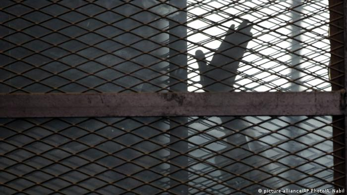 Archivbild | Ägypten | Insasse der muslimischen Bruderschaft (Muslim Brotherhood) im Gefängnis in Kairo (picture-alliance/AP Photo/A. Nabil)