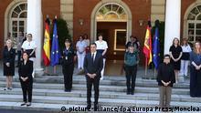 Spanien Madrid | Pedro Sanchez hält Schweigeminute mit Mitgliedern des Kabinetts