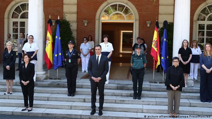 Spanien Madrid | Pedro Sanchez hält Schweigeminute mit Mitgliedern des Kabinetts (picture-alliance/dpa/Europa Press/Moncloa)