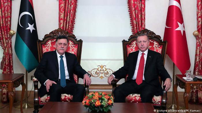 صورة من الأرشيف للرئيس التركي رجب طيب أردوغان مع رئيس حكومة الوفاق الليبية فايز السراج.