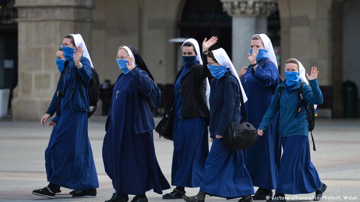 Nuns wearing face masks in Krakow (picture-alliance/NurPhoto/A. Widak)