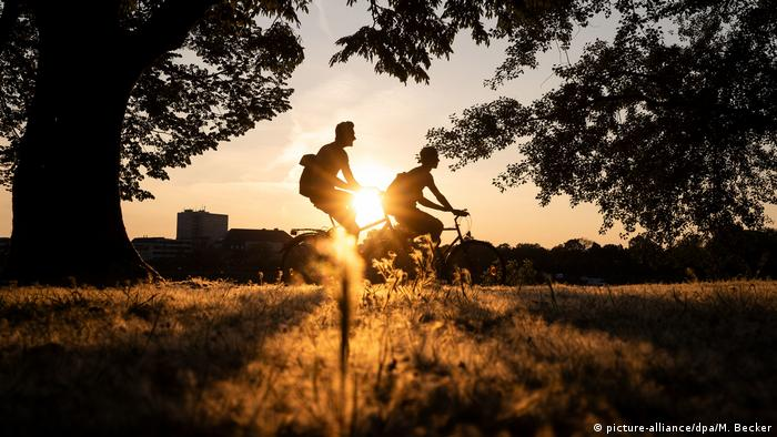 Köln | Radfahrer vor der untergehenden Sonne (picture-alliance/dpa/M. Becker)