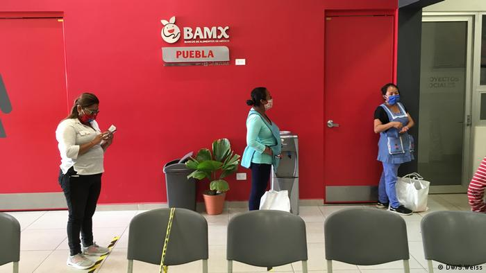 People in line at a Banco de Alimentos Mexicanos (DW/S.Weiss)