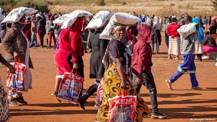 People receive food provided by charity groups in Pretoria, South Africa (Imago/ Yeshiel)