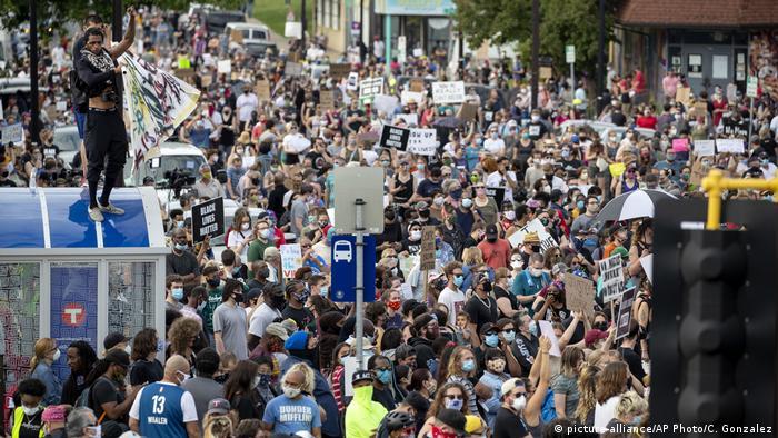 Miles de personas protestaron la noche de este martes (26.05.2020) en Mineápolis (Minesota, Estados Unidos) por la muerte a manos de policías del afroamericano George Floyd, de 46 años, ocurrida 24 horas antes. Los manifestantes marcharon al grito de ¡no puedo respirar!, lo mismo que expresó Floyd mientras agonizaba en el suelo sometido por el cuello por uno de los agentes.