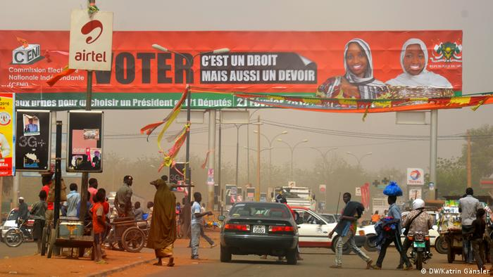 Almajiri begging at a busy crossroads in Niamey (DW/Katrin Gänsler)