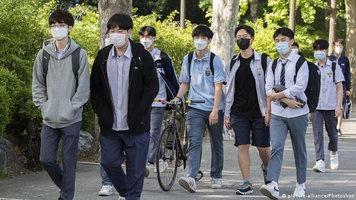 Schüler mit Mundschutz in Seoul auf dem Weg zur Schule