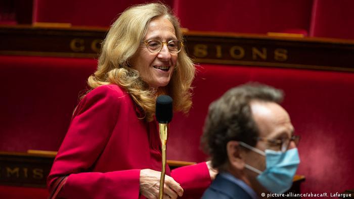 Nicole Belloubet hinter einem Abgeordneten mit Mundschutz in der französischen Nationalversammlung