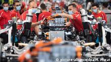 Stuttgart   Produktion bei der Porsche AG: Mitarbeiter tragen Mundschutz