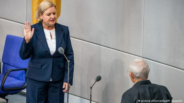 Eva Högl being sworn in