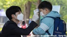 Medição de temperatura de aluno na Coreia do Sul