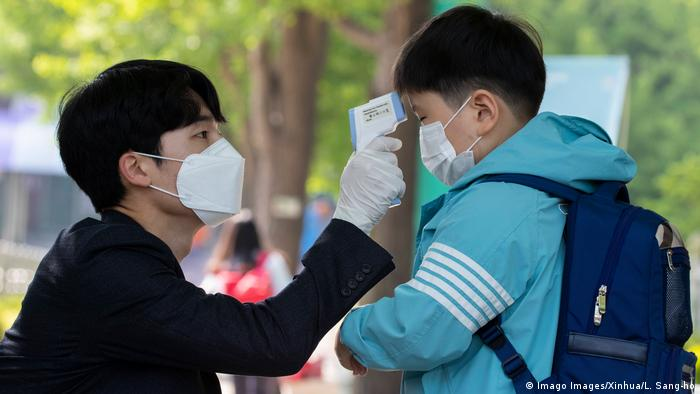 Südkorea Seoul | Coronavirus: Temperatur messen bei Schülern (Imago Images/Xinhua/L. Sang-ho)