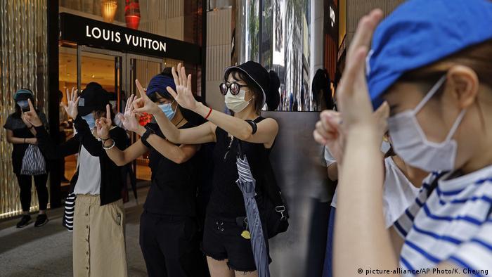 Junge Hongkonger protestieren gegen Chinas Sicherheitsgesetz für die Sonderverwaltungszone (Foto: picture-alliance/AP Photo/K. Cheung)