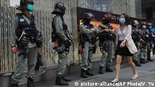Hongkong & Sicherheitsgesetz China | Frau & Polizei (picture-alliance/AP Photo/V. Yu)