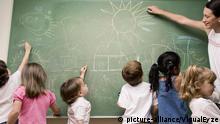 Weiblicher Lehrer, der ihre Studenten in einem Klassenzimmer unterrichtet (Foto: picture alliance / VisualEyze) | Verwendung weltweit, Keine Weitergabe an Wiederverkäufer.
