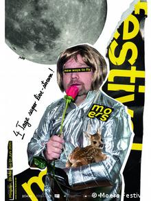 Plakat mit einem Mann, der ein Rehlein auf dem Arm hat und in eine Tulpe als Mikrofonersatz spricht mit dem Hinweis: 4 Tage super live-stream!