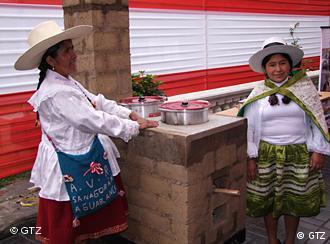 Peruanische Frauen freuen sich über neue effiziente Herde