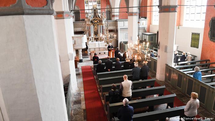 Misa berjarak di sebuah gereja di Stralsund, Jerman.