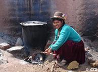 Panela sobre o tradicional fogão de três pedras – assim cozinham muitas famílias