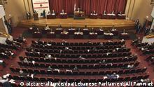 HANDOUT - 21.04.2020, Libanon, Beirut: Blick auf eine Parlamentssitzung der libanesischen Regierung, die unter Einhaltung eines Sicherheitsabstands unter den Abgeordneten stattfindet. Libanons Parlament kam erstmals seit Wochen wieder zu einer Sitzung zusammen. Aus Sicherheitsgründen trafen sich die Abgeordneten im Beiruter Unesco-Palast und nicht wie üblich im Parlamentsgebäude im Zentrum. Foto: Ali Fawwaz/Lebanese Parliament/dpa - ACHTUNG: Nur zur redaktionellen Verwendung und nur mit vollständiger Nennung des vorstehenden Credits +++ dpa-Bildfunk +++   Verwendung weltweit