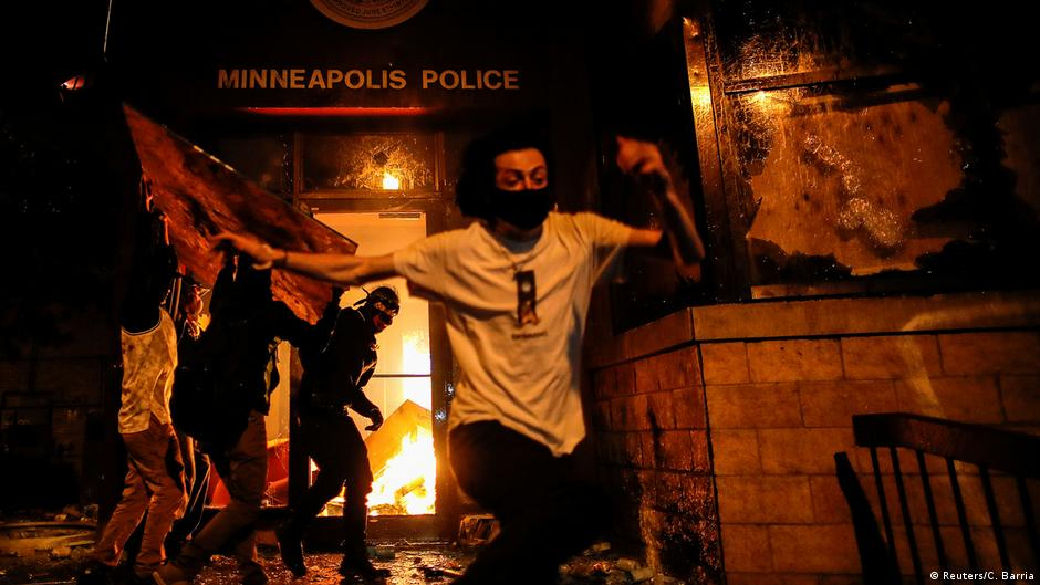 Manifestantes ateiam fogo a delegacia em terceira noite de protestos nos EUA | DW | 29.05.2020