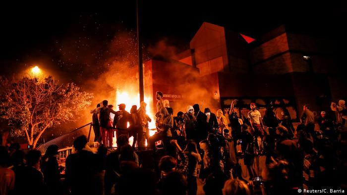 Протесты против полицейского насилия в Миннеаполисе