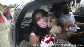 Foto de una mujer en Rio de Janeiro con mascarilla