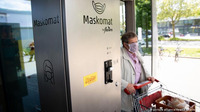 Una máquina de mascarillas, o Maskomat, del fabricante Flavura, con sede en Berlín, fue instalada en esta tienda del supermercado de descuento Netto, en Hamburgo. El práctico dispositivo expende mascarillas desechables de forma higiénica para los clientes olvidadizos (o rebeldes) que no llevan una: en Alemania está prohibido entrar a las tiendas sin algún tipo de protección, así sea un pañuelo.