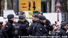Polizisten beim Straßenkarneval kontrollieren Wildpinkler auf der Zülpicher Straße. Köln, 21.02.2020 | Verwendung weltweit