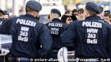 Police officers seen from behind / Geisler-Fotopress/C. Hardt)