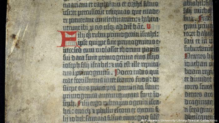 Фрагмент Бібліїї Гутенберга, який зберігається у бібліотеці Принстонського університету, США