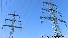 Symbolbild zum Thema Energiepolitik, Strommasten, Stromtrasse bei Siegen-Oberschelden vor blauem Himmel Energiepolitik, 21.05.2020 in Siegen/Deutschland *** Symbolic picture on the subject of energy policy, power poles, power line near Siegen Oberschelden against a blue sky Energy policy, 21 05 2020 in Siegen Germany