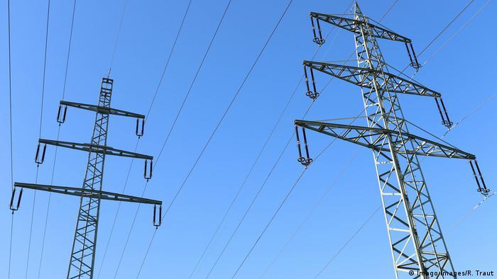 Линии электропередач на фоне голубого неба