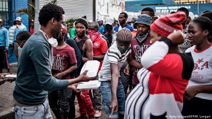 Residents queue for food in Johannesburg (Getty Images/AFP/M. Longari)