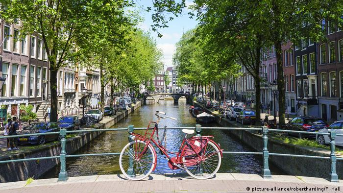 Bildergalerie Fahrräder | Niederlande Fahrrad auf einer Brücke (picture-alliance/robertharding/F. Hall)