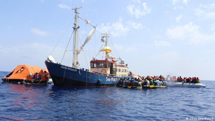 Schlauchboote mit Geflüchteten umringen die Sea Watch