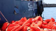 """ACHTUNG: Nur zur abgesprochenen Berichterstattung! *** Ausstellung """"SW5Y Fünf Jahre zivile Seenotrettung"""" 5. Juni bis 30. August 2020 Ausräumen der MS-Sea Watch nach Mission. Foto 2015 Sea-Watch"""