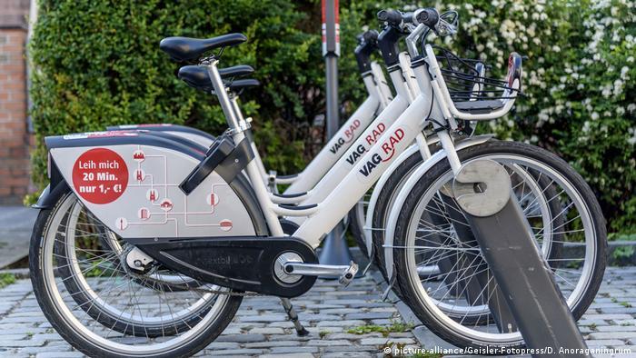 Rental bikes on a stand (picture-alliance/Geisler-Fotopress/D. Anoraganingrum)