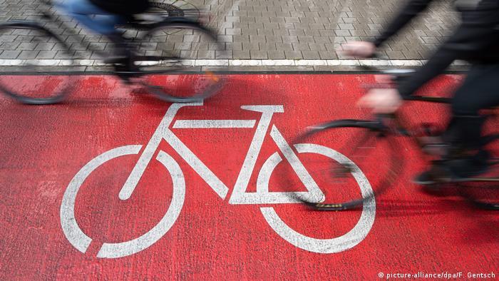 Велосипедная дорожка и велосипедисты