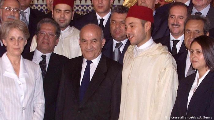 الملك محمد السادس إثر توليه العرش سنة 1999 في لقاء مع رئيس حكومة التناوب عبد الرحمان اليوسفي وعدد من الوزراء